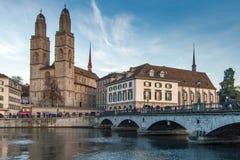 ZURICH SCHWEIZ - OKTOBER 28, 2015: Kyrka av Grossmunster och reflexionen i den Limmat floden, Zurich Arkivbilder