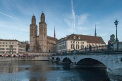 ZURICH SCHWEIZ - OKTOBER 28, 2015: Kyrka av Grossmunster och reflexionen i den Limmat floden, Zurich Royaltyfria Bilder