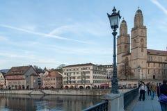 ZURICH SCHWEIZ - OKTOBER 28, 2015: Kyrka av Grossmunster och reflexionen i den Limmat floden, Zurich Arkivfoto