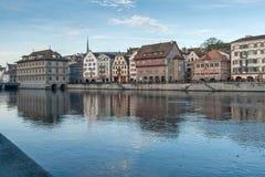 ZURICH SCHWEIZ - OKTOBER 28, 2015: Reflexion av staden av Zurich i den Limmat floden, Royaltyfri Bild
