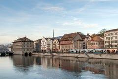 ZURICH SCHWEIZ - OKTOBER 28, 2015: Reflexion av staden av Zurich i den Limmat floden, Arkivfoton