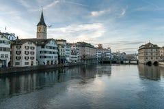 ZURICH SCHWEIZ - OKTOBER 28, 2015: Reflexion av staden av Zurich i den Limmat floden, Royaltyfri Foto