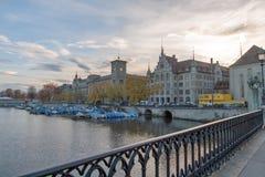 ZURICH SCHWEIZ - OKTOBER 28, 2015: Reflexion av staden av Zurich i den Limmat floden, Arkivbilder