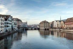 ZURICH SCHWEIZ - 28 OKTOBER 2015: Solnedgångpanoramautsikt av den Limmar floden och staden av Zurich Royaltyfria Bilder
