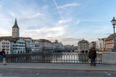 ZURICH SCHWEIZ - 28 OKTOBER 2015: Solnedgångpanoramautsikt av den Limmar floden och staden av Zurich Fotografering för Bildbyråer