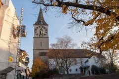 ZURICH SCHWEIZ - OKTOBER 28, 2015: St Peter Church och höstträd, stad av Zurich, Arkivfoton