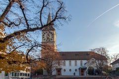 ZURICH SCHWEIZ - OKTOBER 28, 2015: St Peter Church och höstträd, stad av Zurich, Royaltyfri Fotografi
