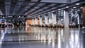 ZURICH Schweiz - September 6: Folk som går inom terminalen av den Zurich flygplatsen, trans.nav i Europa arkivfilmer