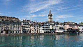 ZURICH SCHWEIZ: Sikt av det historiska Zurich centret, den Limmat floden och Zurich sjön, Schweiz Zurich är ett ledande globalt c Arkivfoto