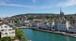 ZURICH SCHWEIZ: Sikt av det historiska Zurich centret, den Limmat floden och Zurich sjön, Schweiz Zurich är ett ledande globalt c Royaltyfria Foton