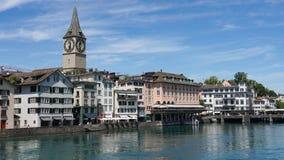 ZURICH SCHWEIZ: Sikt av det historiska Zurich centret, den Limmat floden och Zurich sjön, Schweiz Zurich är ett ledande globalt c Arkivbild