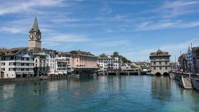 ZURICH SCHWEIZ: Sikt av det historiska Zurich centret, den Limmat floden och Zurich sjön, Schweiz Zurich är ett ledande globalt c Royaltyfri Foto