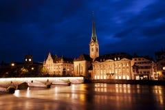 Zurich Schweiz vid natt ner vid den Limmat floden Royaltyfri Fotografi