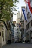 Zurich señaló la ciudad vieja y Grossmunster por medio de una bandera Foto de archivo libre de regalías