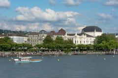 Zurich See mit Boot Ansicht des historischen Zürich-Stadtzentrums mit Zürich-Opernhaus, die Schweiz Stockbild