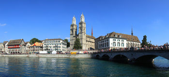 Zurich stad och domkyrka Arkivfoton