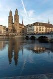 ZURICH, SUISSE - 28 OCTOBRE 2015 : Église de Grossmunster en rivière de Limmat, ville de Zurich Photo libre de droits