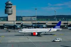 Zurich, Suiza, centro comercial 2017 - los aviones que se preparan para sacan en el terminal A del aeropuerto de Zurich imagen de archivo