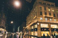 Zurich, Suiza - 28 de enero 2017: ciudad vieja de la tarde con iluminaciones festivas Imagen de archivo
