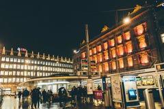 Zurich, Suiza - 28 de enero 2017: ciudad vieja de la tarde con iluminaciones festivas Foto de archivo libre de regalías