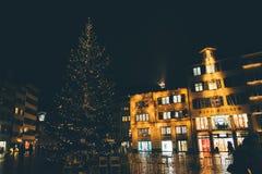 Zurich, Suiza - 28 de enero 2017: ciudad vieja de la tarde con iluminaciones festivas Fotos de archivo