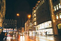 Zurich, Suiza - 28 de enero 2017: ciudad vieja de la tarde con iluminaciones festivas Imagen de archivo libre de regalías