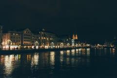 Zurich, Suiza - 28 de enero 2017: ciudad vieja de la tarde con la orilla festiva de las iluminaciones Imagen de archivo libre de regalías