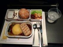 ZURICH, SUIZA - 31 de marzo de 2015: En vuelo comida caliente de la línea aérea internacional SUIZA en clase de economía, comida  Foto de archivo