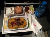 ZURICH, SUIZA - 31 de marzo de 2015: En vuelo comida caliente de la línea aérea internacional SUIZA en clase de economía, comida  Fotografía de archivo