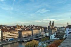 ZURICH, SUIZA - 28 DE OCTUBRE DE 2015: Vista panorámica y reflexión de la ciudad de Zurich en el río de Limmat, Foto de archivo libre de regalías
