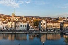 ZURICH, SUIZA - 28 DE OCTUBRE DE 2015: Vista panorámica y reflexión de la ciudad de Zurich en el río de Limmat, Fotos de archivo libres de regalías