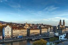 ZURICH, SUIZA - 28 DE OCTUBRE DE 2015: Vista panorámica y reflexión de la ciudad de Zurich en el río de Limmat, Fotos de archivo