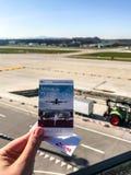Zurich, Suiza - marzo de 2017; mano que celebra el boleto en la plataforma de observación en el aeropuerto internacional más gran imágenes de archivo libres de regalías