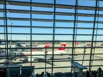 Zurich, Suiza - marzo, 201: el pasillo que espera en el aeropuerto de Zurich, también conocido como Kloten Airpor imagen de archivo libre de regalías