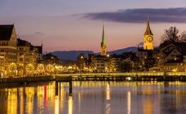 Zurich sur des banques de rivière de Limmat à la soirée d'hiver Images libres de droits