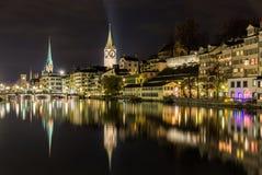 Zurich sur des banques de rivière de Limmat la nuit hiver Images stock