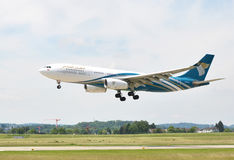 ZURICH, SWITZERLAND - MAY 25, 2014: Oman Air landing in Zurich i Royalty Free Stock Photography