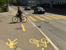 Zurich Szwajcaria, Czerwiec, - 03, 2017: Bicyclist na ulicie Zuri Zdjęcie Royalty Free