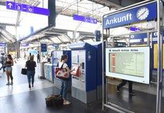 Zurich Szwajcaria, Czerwiec, - 03, 2017: Bilet automatyzuje i depar Zdjęcia Royalty Free