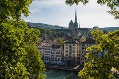 Zurich, Szwajcaria - Czerwiec 2018, centrum miasta Limmat i rzeka, Szwajcaria otaczaliśmy z zielonym ulistnieniem obraz royalty free