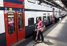 Zurich Szwajcaria, Czerwiec, - 03, 2017: Ludzie blisko pociągu na Z Obrazy Stock