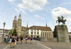 Zurich Szwajcaria, Czerwiec, - 03, 2017: Ludzie na Mà ¼ nsterbrà ¼ c Zdjęcie Stock
