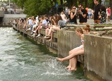 Zurich Szwajcaria, Czerwiec, - 03, 2017: Ludzie na quay jeziorze Zurich Obraz Stock