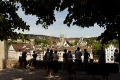 Zurich Szwajcaria, Czerwiec, - 03, 2017: Ludzie są przyglądający Zuric obraz stock