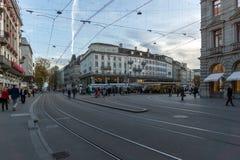 ZURICH SZWAJCARIA, PAŹDZIERNIK, - 28, 2015: Bahnhofstrasse ulica w Zurich, Szwajcaria Obraz Stock