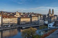 ZURICH SZWAJCARIA, PAŹDZIERNIK, - 28, 2015: Panoramiczny widok i odbicie miasto Zurich w Limmat rzece, Obrazy Royalty Free