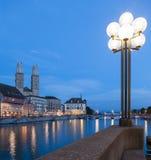 Zurich, tarde, Limmat y gran iglesia de monasterio Imágenes de archivo libres de regalías