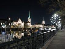 Zurich vid natt på Limmat Royaltyfri Foto