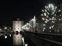 Zurich vid natt på Limmat Royaltyfri Bild