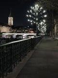 Zurich vid natt på Limmat Arkivfoton